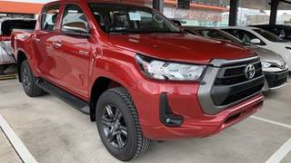 Bán toyota hilux 2.4 at 4x2 giao ngay