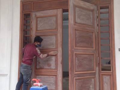 Chuyên sơn mới cửa gỗ ngoài trời bị bong chóc bạc màu tại nhà. 1