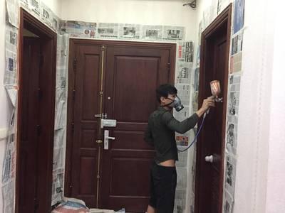 Chuyên sơn mới cửa gỗ ngoài trời bị bong chóc bạc màu tại nhà. 6