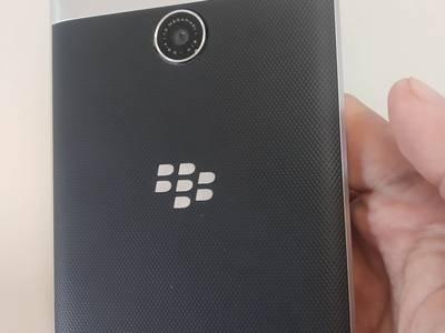 Cấn bán điển thoại Black Berry PassPort Chĩnh hãng  màu Bạc 0