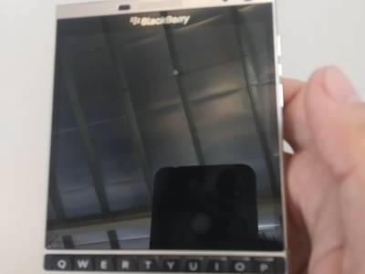 Cấn bán điển thoại Black Berry PassPort Chĩnh hãng  màu Bạc 1