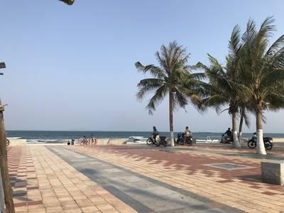 Ngay đường thông ra biển, cách biển 200 m, song song đường Võ Nguyên Giáp, gần bãi tắm Phạm Văn Đồng 0