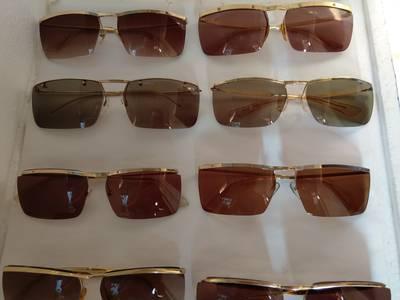 Có 8 cái kính cổ mạ vàng bọc vàng có đầy đủ các thương hiệu nổi tiếng trên toàn thế giới..vv 8