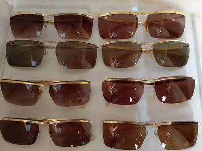 Có 8 cái kính cổ mạ vàng bọc vàng có đầy đủ các thương hiệu nổi tiếng trên toàn thế giới..vv 16