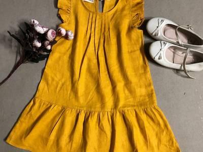 Đầm bé gái xếp ly trơn màu vàng nghệ cột ruban phía sau D03-VANG 0