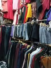 Sang sạp đang kinh doanh quần áo chợ Vườn Chuối
