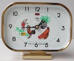 Đồng hồ báo thức gà vuông. Đồng hồ cơ màu nâu đồng hình chữ nhật