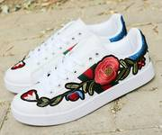 1 Giày sneaker thêu hoa hồng Mã: GC0220