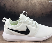 4 Nike roshe run two 844656-104 white black