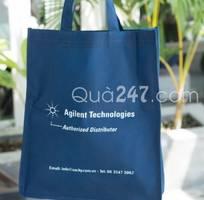 Tặng khách hàng túi vải không dệt có in logo thương hiệu làm quà tặng quảng cáo