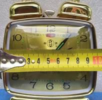 1 Đồng hồ vuông mặt kính chất liệu kim loại