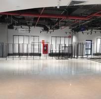 4 Tlý nội thất showroom thời trang mới hoạt động