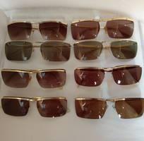 2 Có 8 cái kính cổ mạ vàng bọc vàng có đầy đủ các thương hiệu nổi tiếng trên toàn thế giới..vv