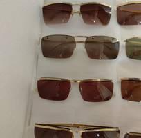 10 Có 8 cái kính cổ mạ vàng bọc vàng có đầy đủ các thương hiệu nổi tiếng trên toàn thế giới..vv
