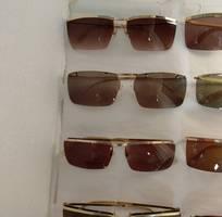 11 Có 8 cái kính cổ mạ vàng bọc vàng có đầy đủ các thương hiệu nổi tiếng trên toàn thế giới..vv