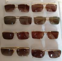 13 Có 8 cái kính cổ mạ vàng bọc vàng có đầy đủ các thương hiệu nổi tiếng trên toàn thế giới..vv