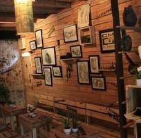 Trang trí quán cafe, góc làm việc, nhà cửa bằng tranh đồng hồ và kệ gỗ treo tường