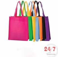 2 Tặng khách hàng túi vải không dệt có in logo thương hiệu làm quà tặng quảng cáo