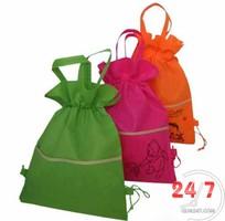 5 Tặng khách hàng túi vải không dệt có in logo thương hiệu làm quà tặng quảng cáo