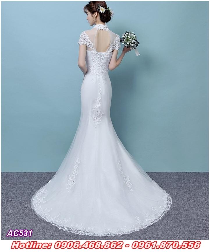 Váy cưới đuôi cá, chân ren xòe nhẹ tinh tế