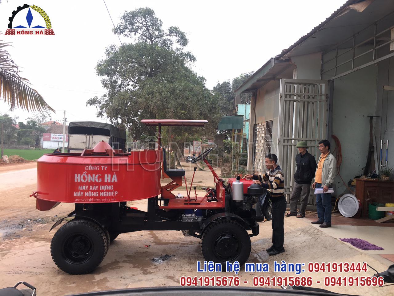 2 Khách hàng Thanh Hóa nhận bàn giao máy trộn bê tông tự hành 9 bao 1 cầu Hồng Hà
