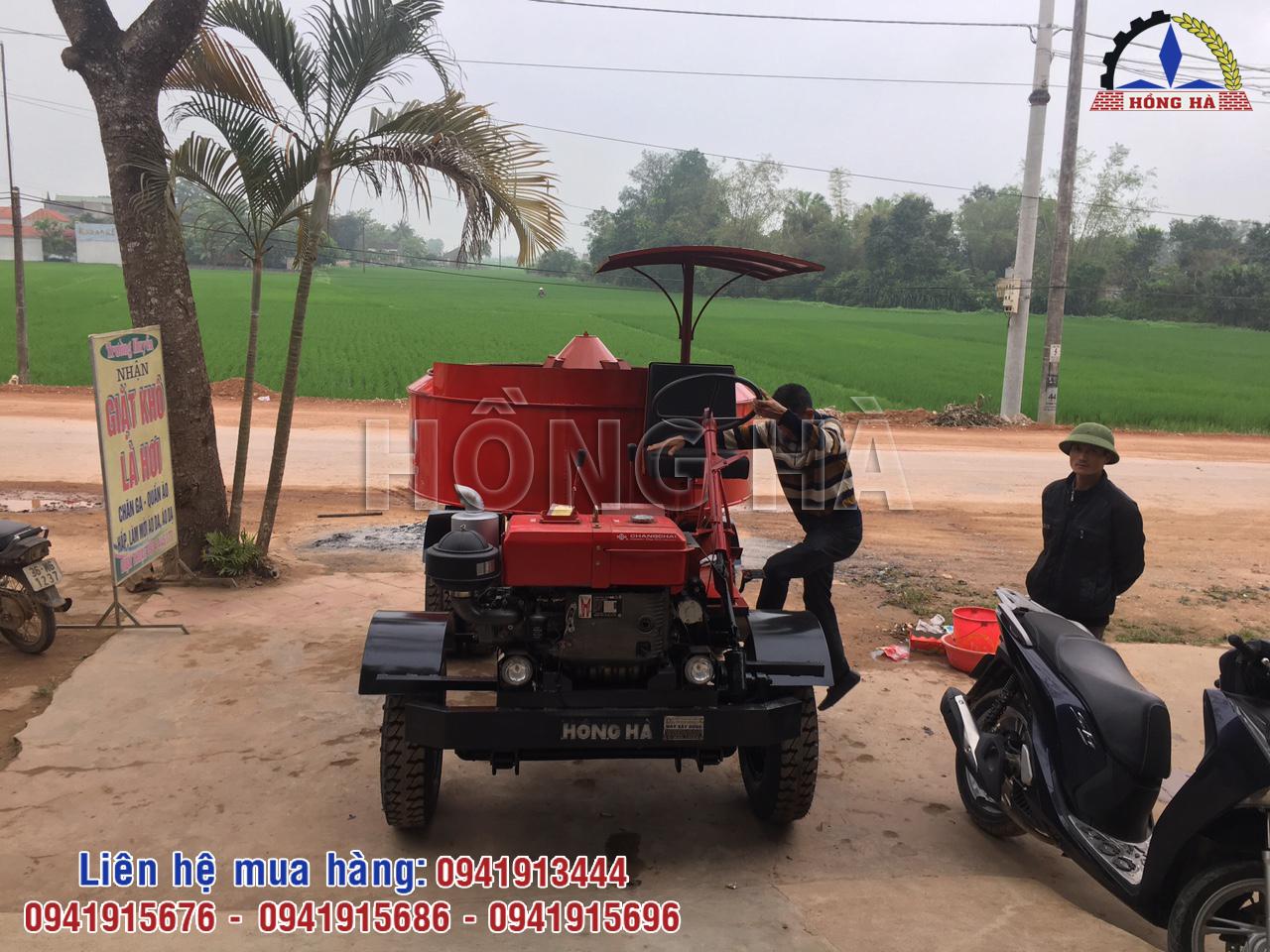 4 Khách hàng Thanh Hóa nhận bàn giao máy trộn bê tông tự hành 9 bao 1 cầu Hồng Hà