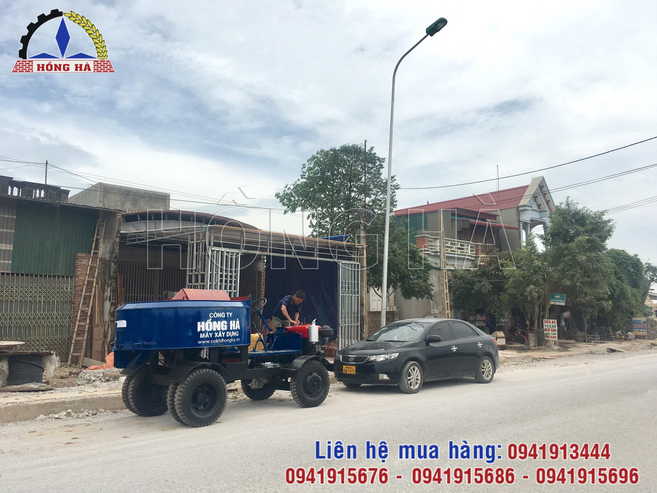 Khách hàng tại Thanh Hóa nhận bàn giao máy trộn bê tông tự hành Hồng Hà
