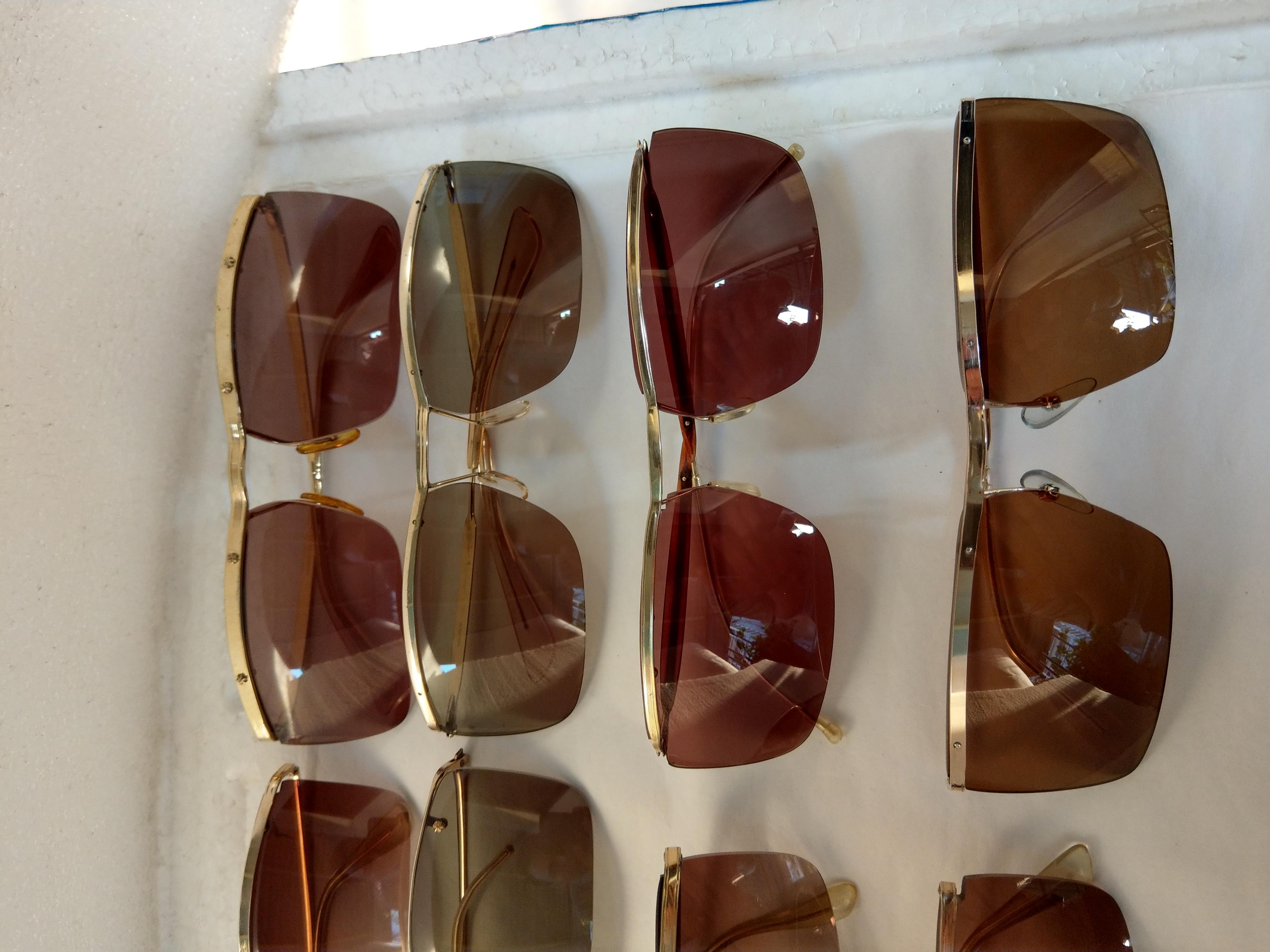 7 Có 8 cái kính cổ mạ vàng bọc vàng có đầy đủ các thương hiệu nổi tiếng trên toàn thế giới..vv