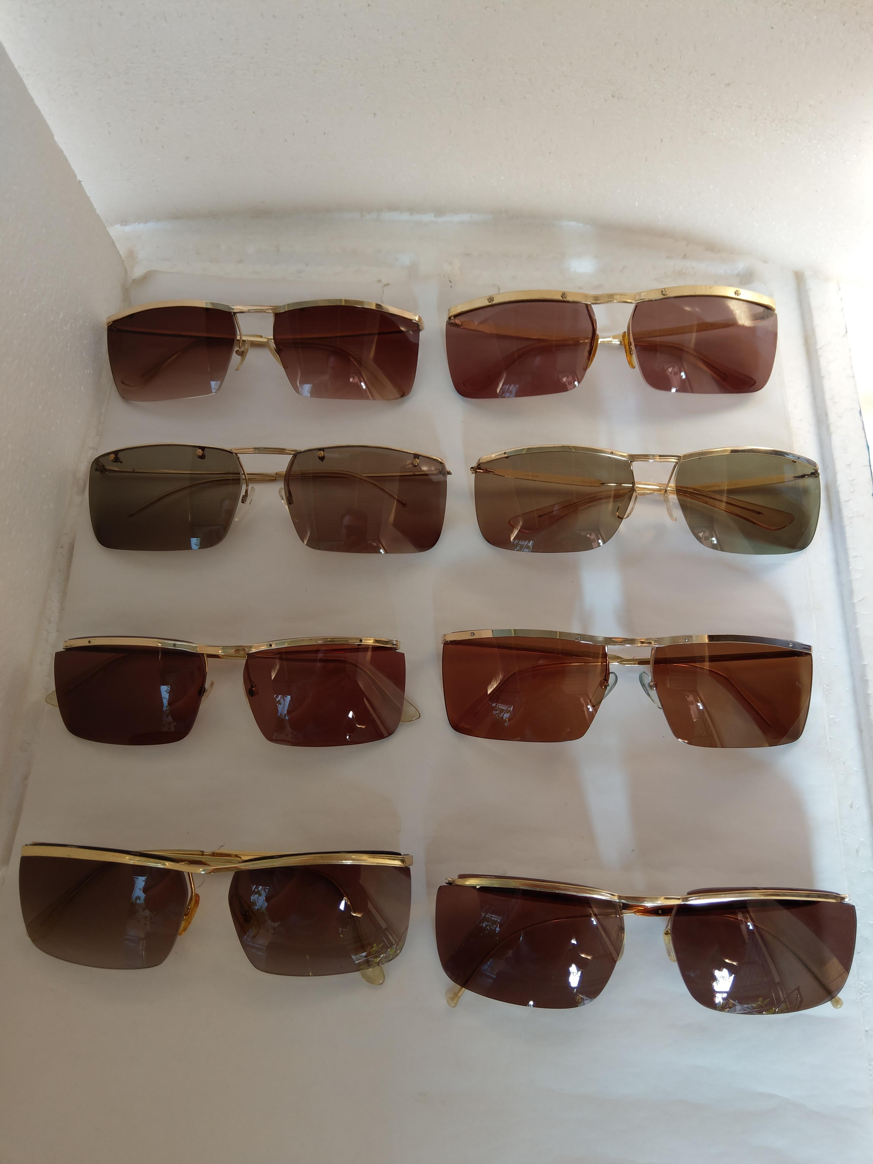 9 Có 8 cái kính cổ mạ vàng bọc vàng có đầy đủ các thương hiệu nổi tiếng trên toàn thế giới..vv