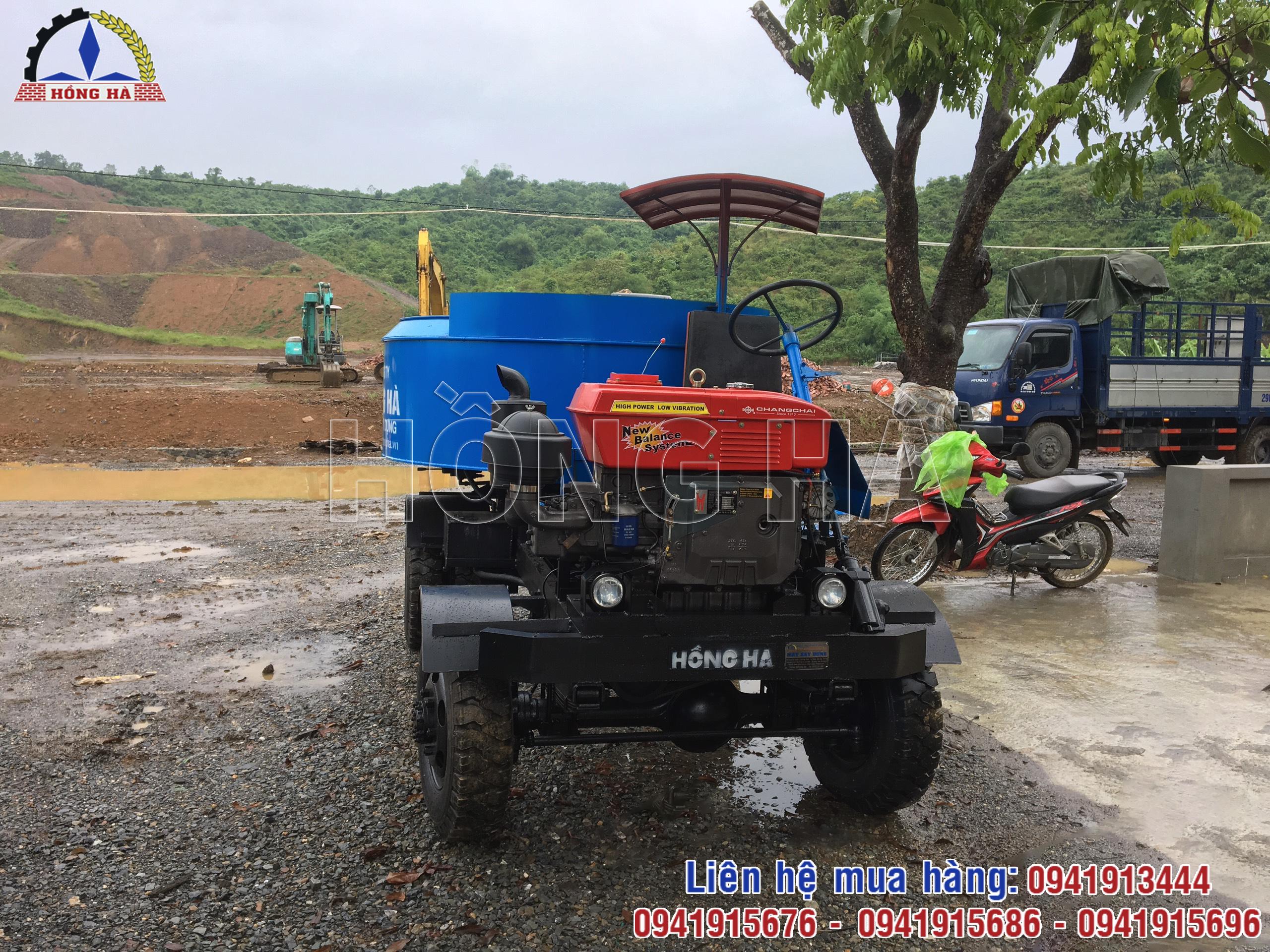 2 Khách hàng tại Hòa Bình nhận bàn giao máy trộn bê tông tự hành 12 bao Hồng Hà